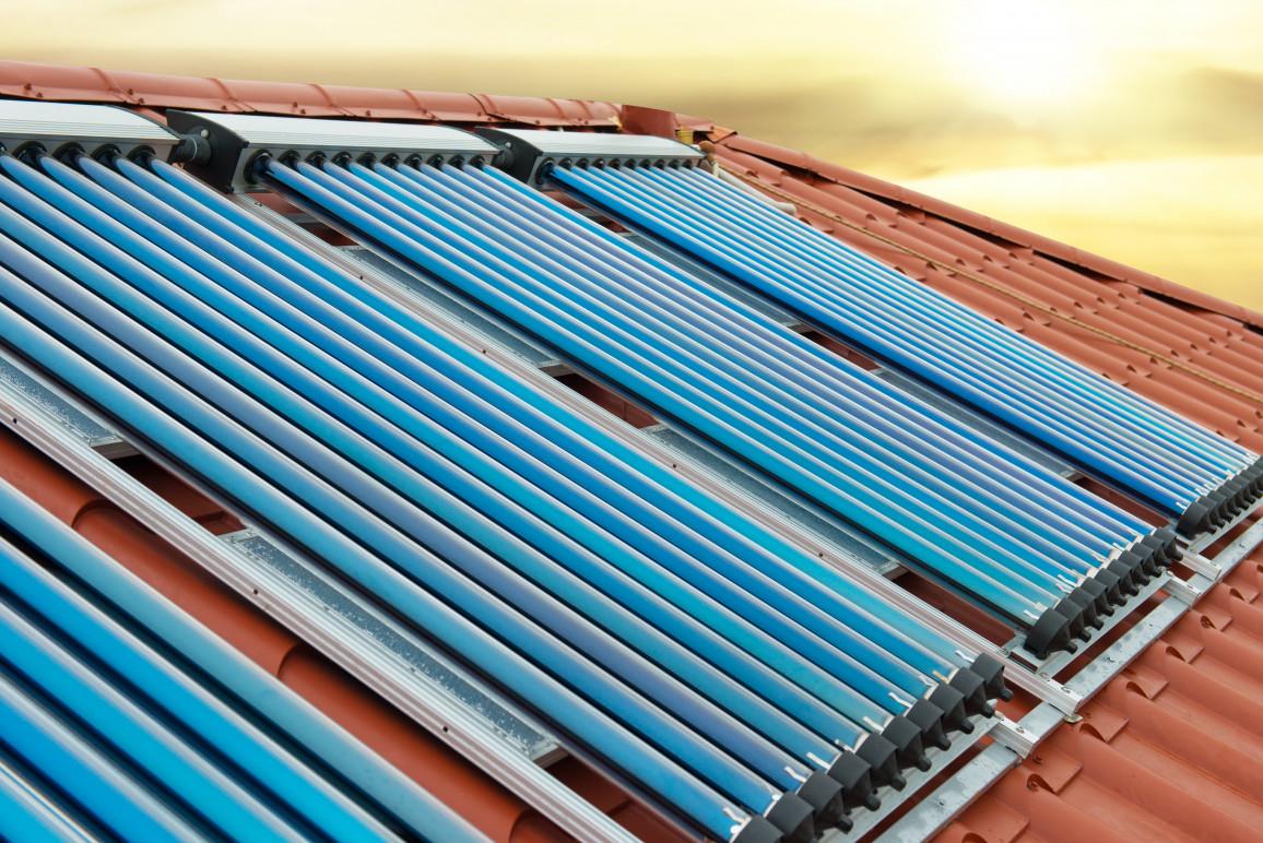 Vakuumsammler  Solare Warmwasseranlage Auf Rotem Dach