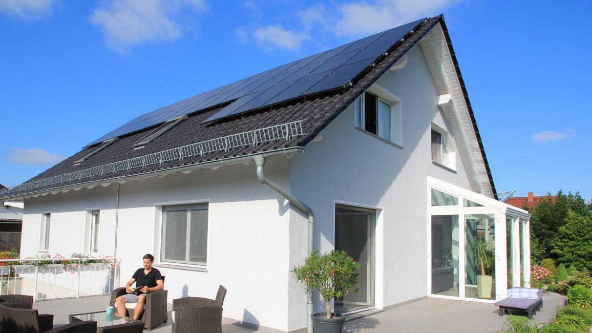 Typische Photovoltaikanlage auf einem Einfamilienhaus