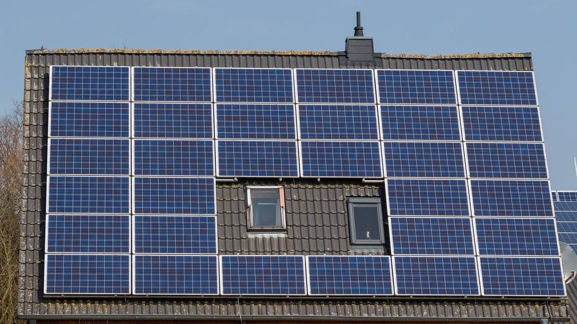 Schrägdach mit Photovoltaik-Anlage