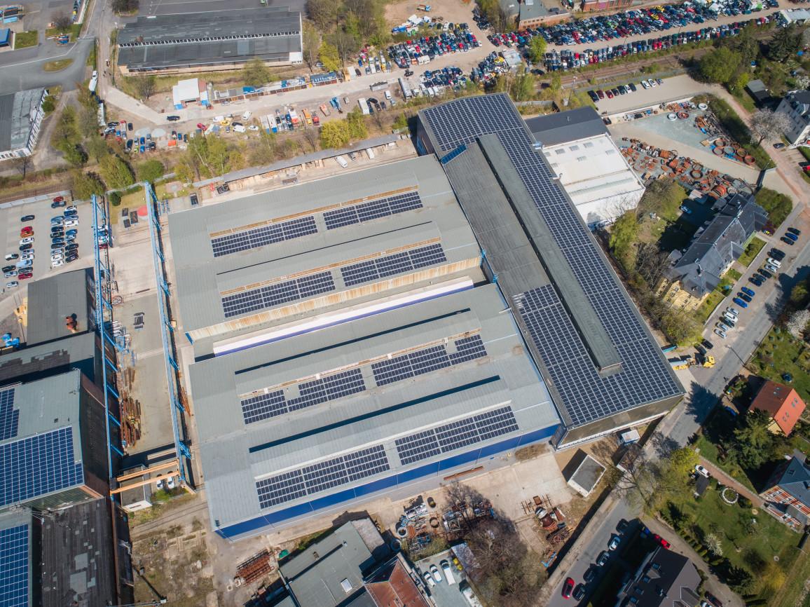 verschiedene Arten von Solarmodulen auf Dach