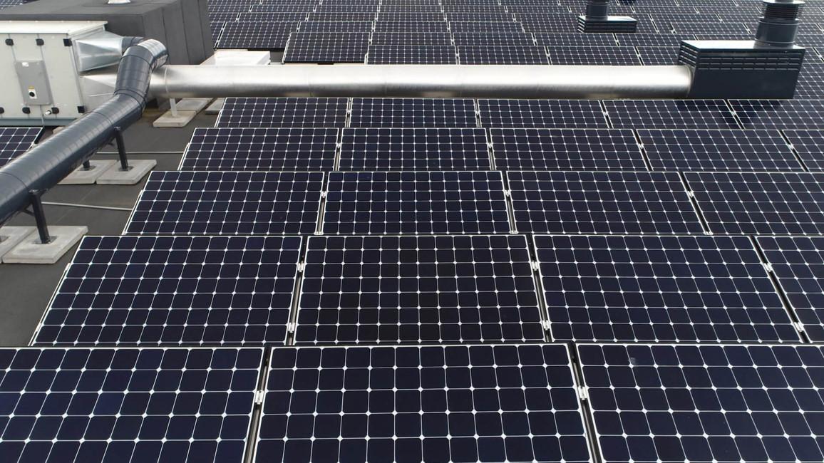 große PV-Anlage auf Flachdach