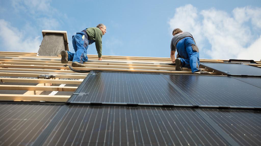 Installation von Solarmodulen auf einem Dach