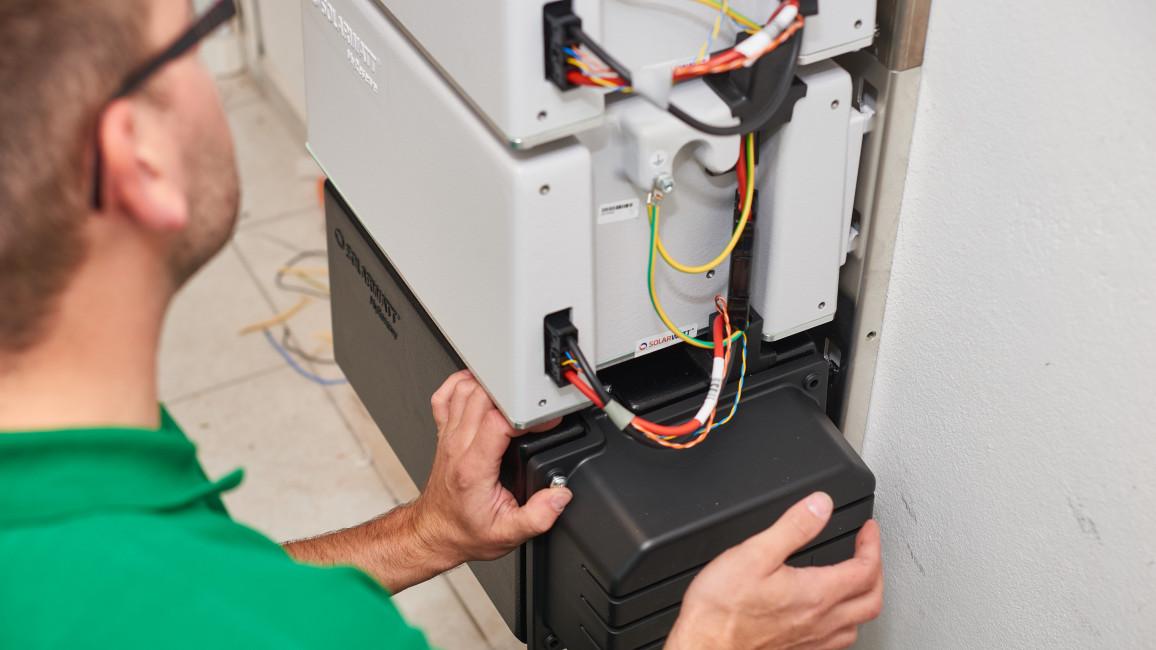 Installateur mit Solar-Speicher
