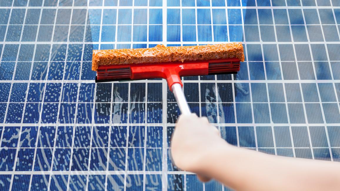 Photovoltaikanlage reinigen als Teil der Wartung
