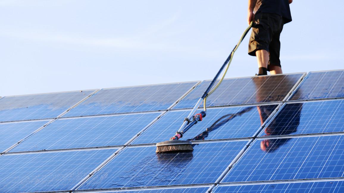 Reinigung Von Solarpaneelen Mit Bürsten Und Wasser