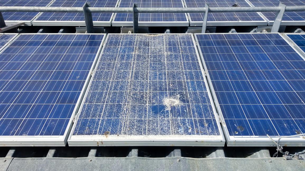 beschädigte Solarmodule bei Wartung erkennen